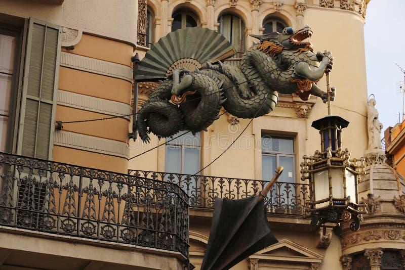 装饰一个大厦的门面的龙的雕塑在巴塞罗那 库存图片