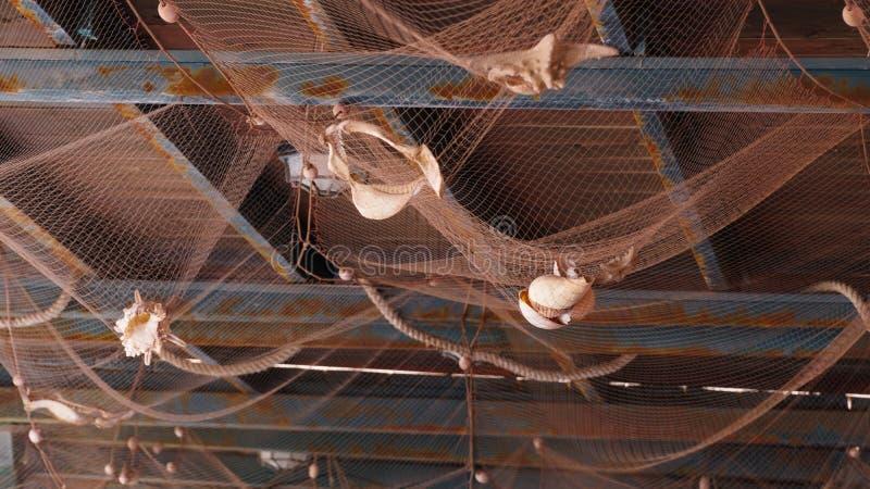 装饰与海扇壳的天花板在咖啡馆 免版税库存照片