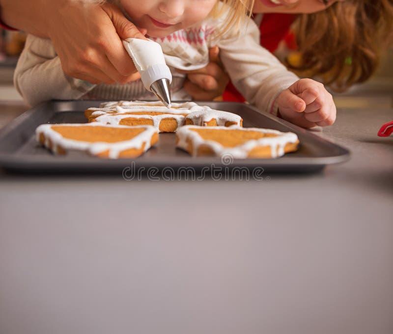 装饰与釉的母亲和婴孩圣诞节曲奇饼 免版税库存图片
