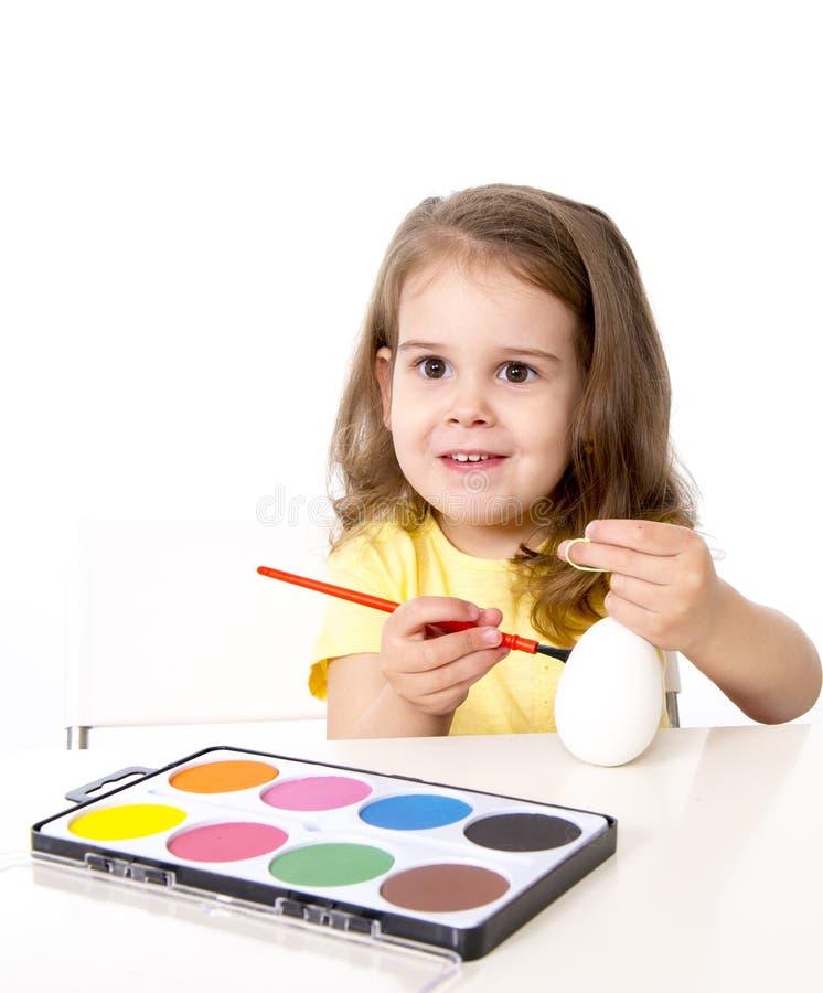 装饰传统复活节彩蛋的小女孩 库存图片