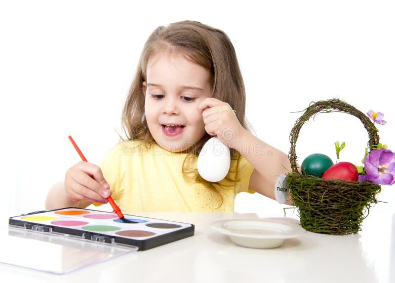 装饰传统复活节彩蛋的小女孩 图库摄影