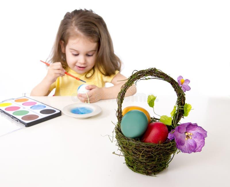 装饰传统复活节彩蛋的小女孩 库存照片