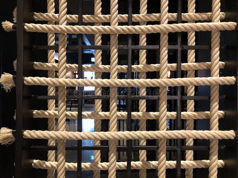 装饰内部的白色绳索在旅馆里 免版税库存图片