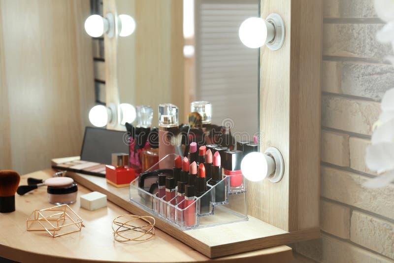装饰化妆用品和工具在梳妆台上 免版税图库摄影