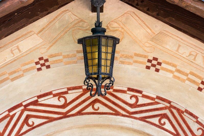 装饰古色古香的灯笼由锻铁制成在装饰的墙壁 库存照片