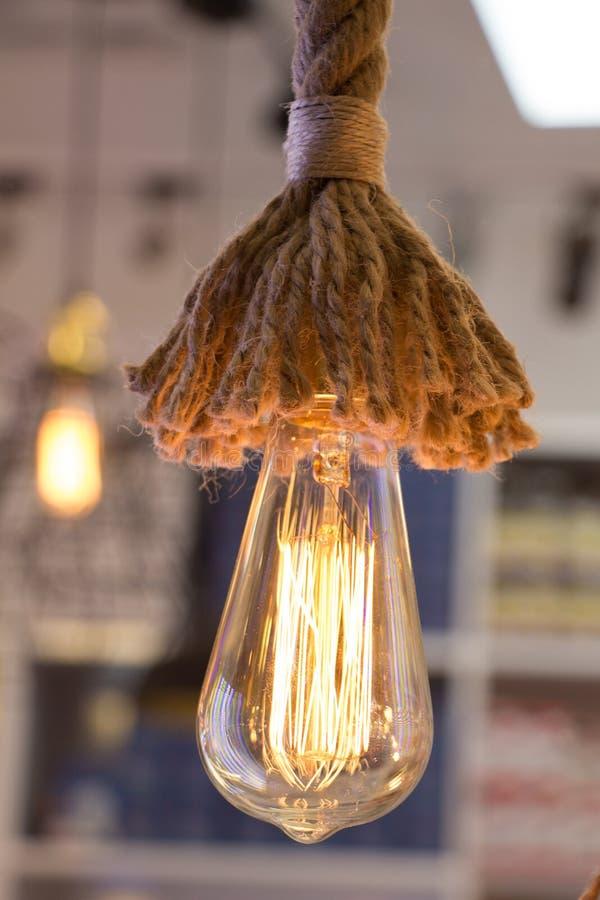 装饰古色古香的爱迪生样式细丝电灯泡 皇族释放例证