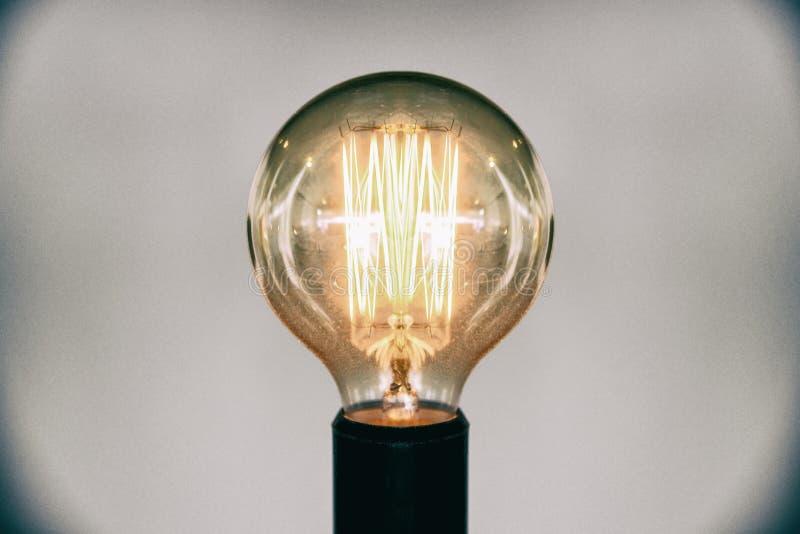 装饰古董爱迪生样式电灯泡 美丽的减速火箭的豪华轻的灯装饰发光的选择聚焦影片五谷样式作用 库存照片