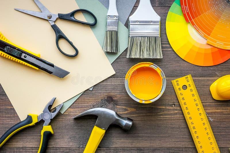 装饰和房子整修工具和辅助部件在木桌背景顶视图 免版税库存照片