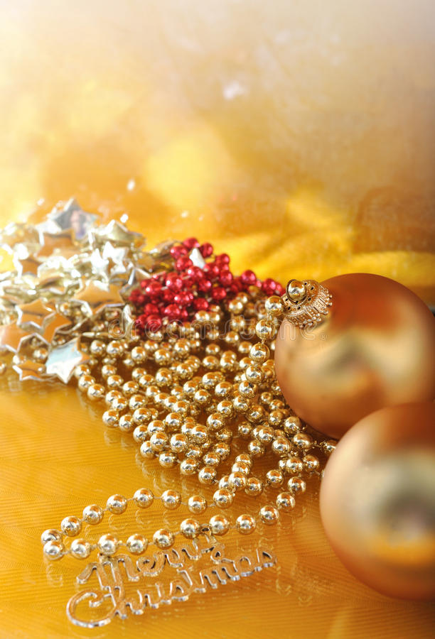装饰品和圣诞快乐金属化在金背景的文本 免版税库存图片