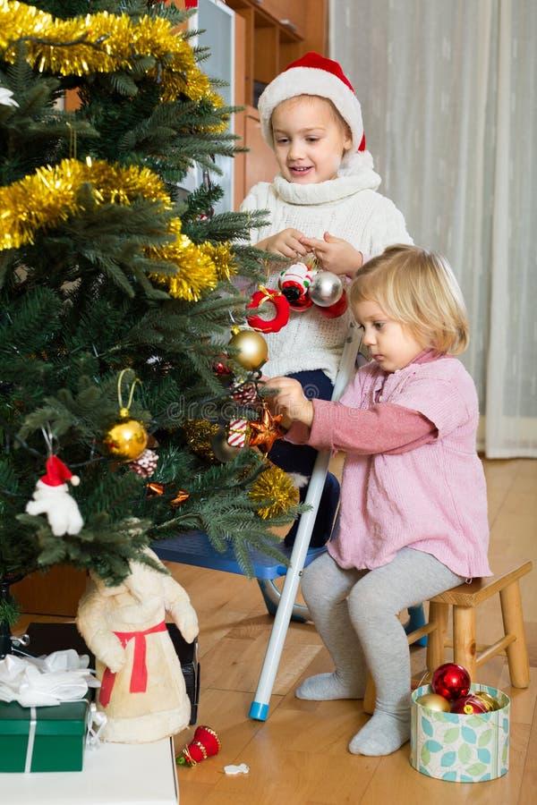 Download 装饰圣诞树的两个小女孩 库存照片. 图片 包括有 偶然, 前夕, 装饰, 乐趣, 人们, 白种人, 房子 - 59101842