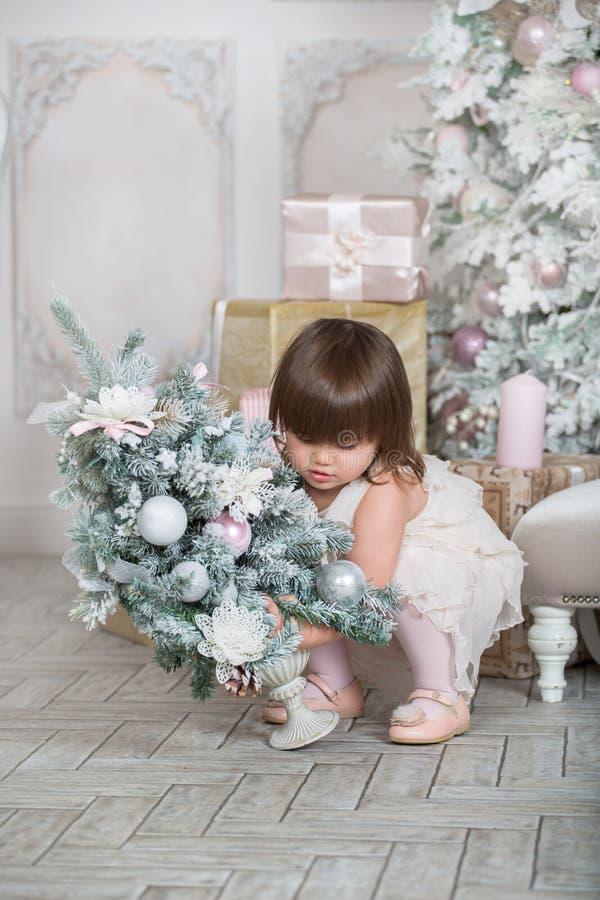 装饰圣诞树的小孩女孩 免版税库存图片