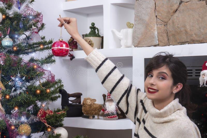 装饰圣诞树的少女 图库摄影