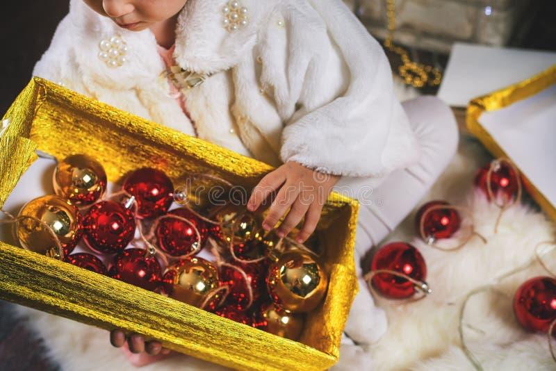 装饰圣诞树的特写镜头小女孩 库存照片