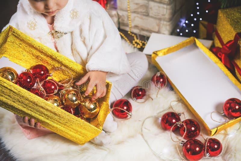 装饰圣诞树的特写镜头小女孩 免版税库存照片