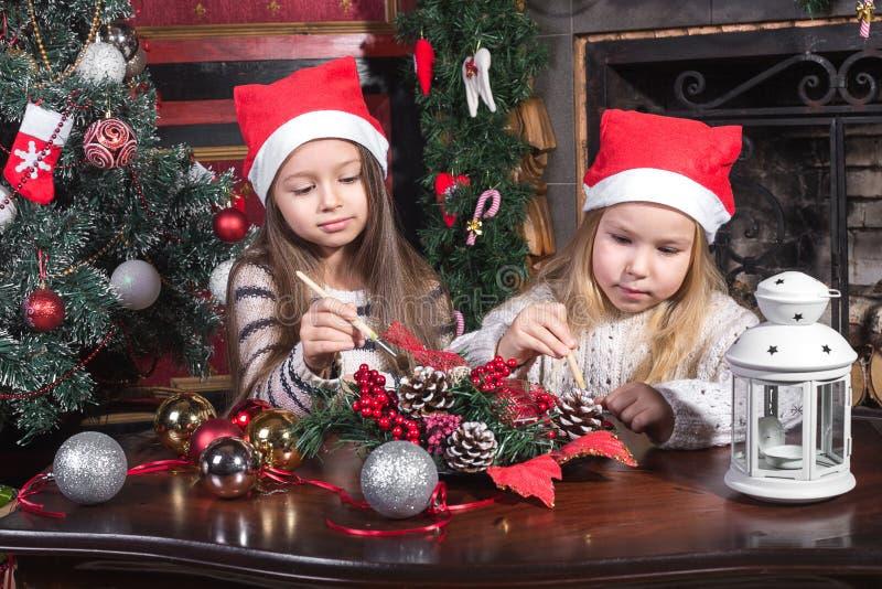 装饰圣诞节玩具的美丽的女孩 免版税库存照片
