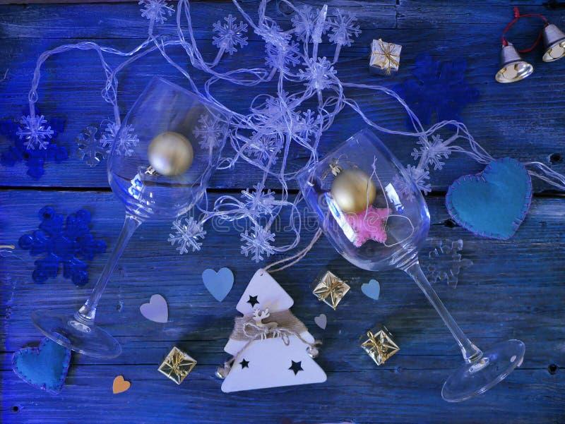 装饰圣诞节结构的装饰的礼物,圣诞灯,手工制造感觉心脏,在织地不很细木背景的纸 免版税库存图片
