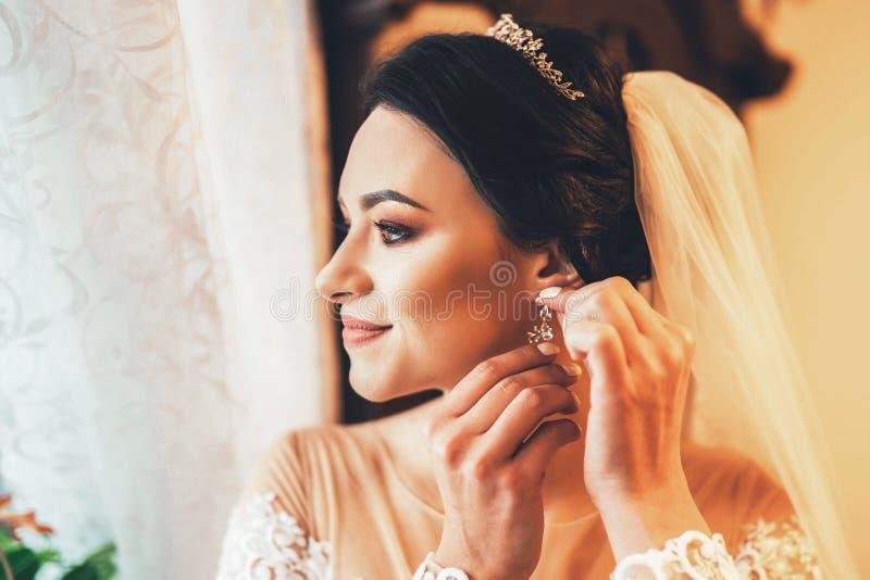 装饰在婚姻前的美丽的新娘 免版税库存照片