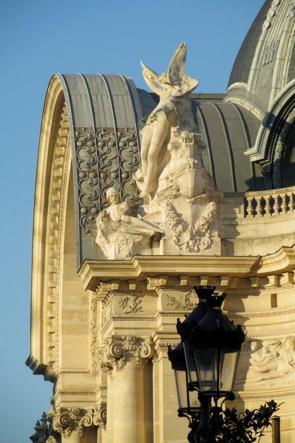 装饰在屋顶的雕象 库存照片