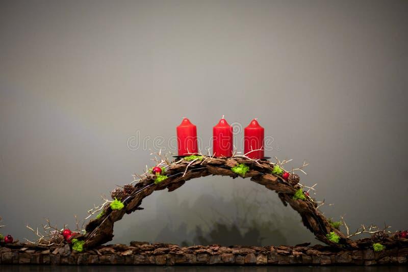 装饰在灰色背景的圣诞节蜡烛 免版税库存图片