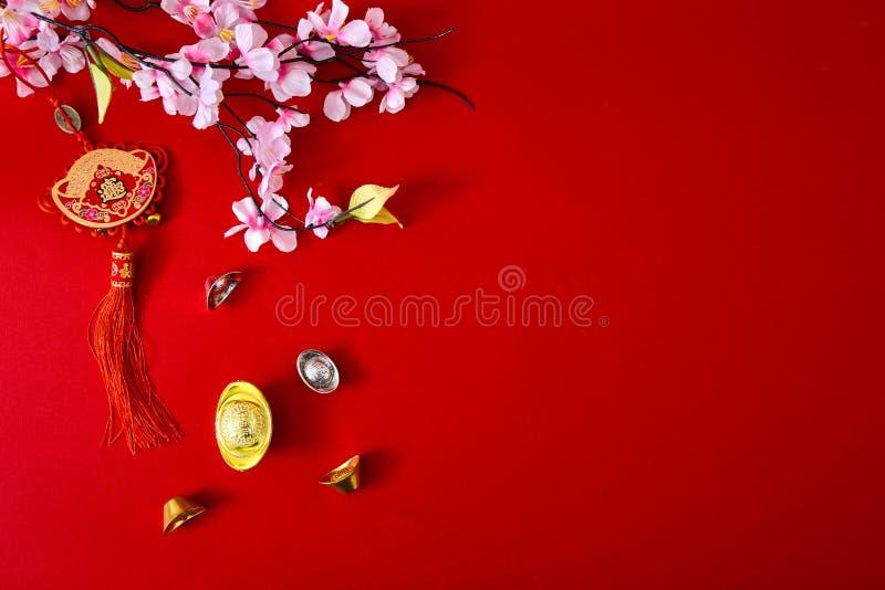 装饰在红色背景(汉字的春节2019年 傅 在文章上参见爆发,财富,货币流量 免版税库存图片
