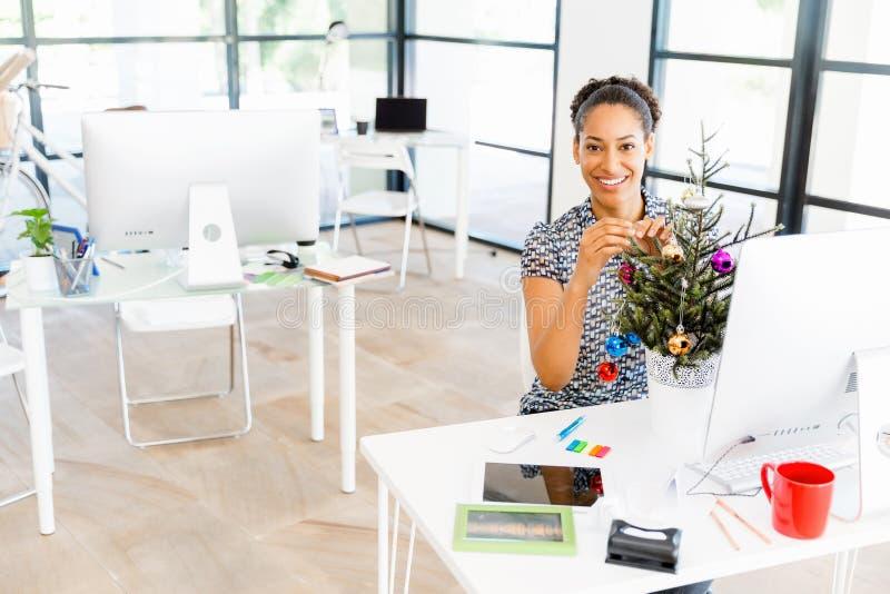 装饰在offfice的微笑的美国黑人的办公室工作者画象圣诞树 库存图片