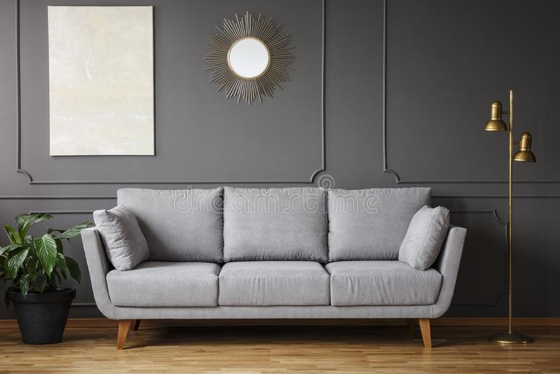 装饰垂悬在有m的墙壁上的镜子和现代绘画 免版税库存图片