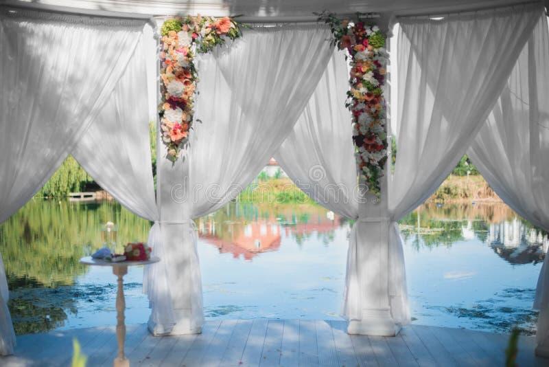 装饰婚礼曲拱 免版税库存图片