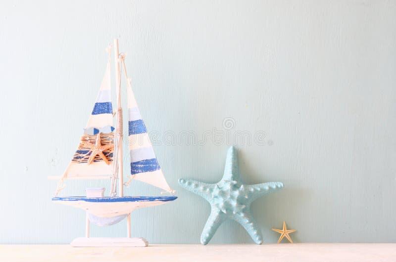 装饰小船和贝壳 图库摄影