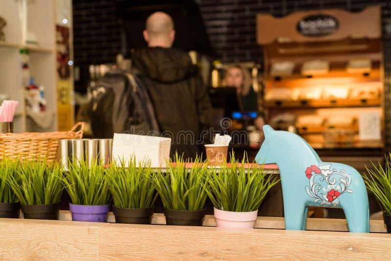 装饰小雕象和花在餐馆 库存照片