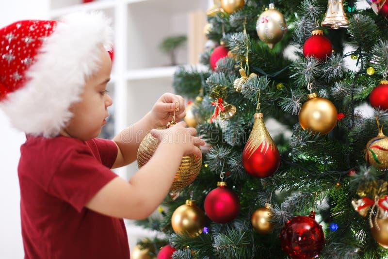 装饰少许结构树的男孩圣诞节 免版税库存图片