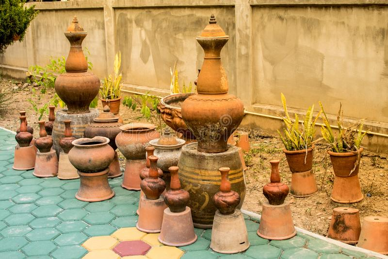 装饰庭院看起来的瓦器古色古香的瓶子美好 库存图片