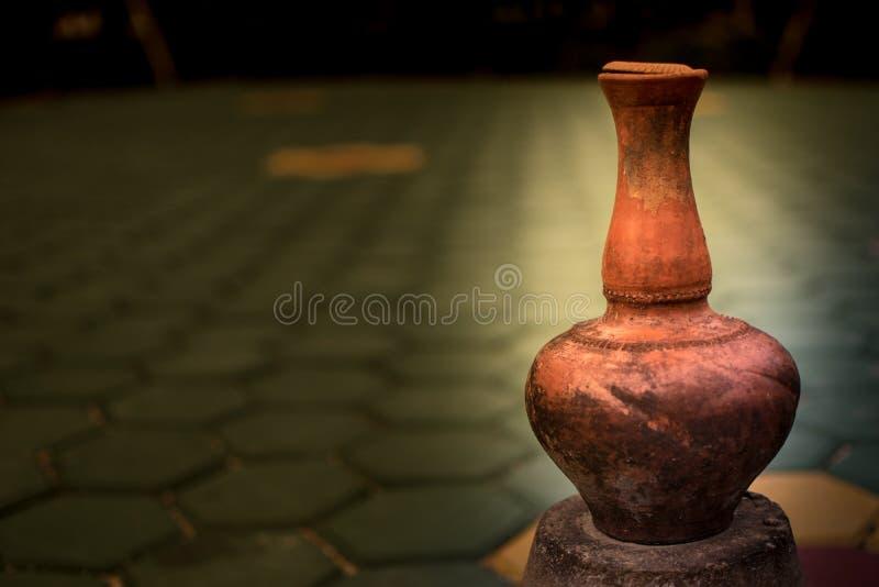 装饰庭院看起来的瓦器古色古香的瓶子美好 免版税库存图片