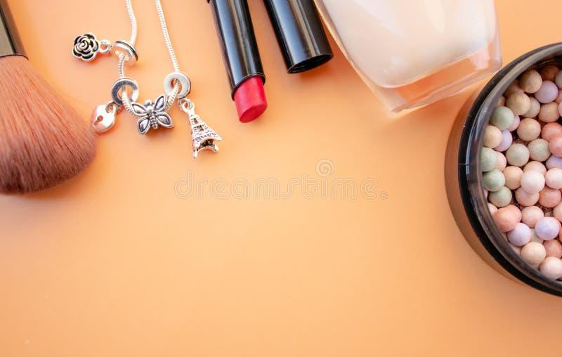 装饰性的辅助部件 刷子,胭脂,唇膏,在黄色,奶油色背景的奶油 下面空的空间 免版税库存照片