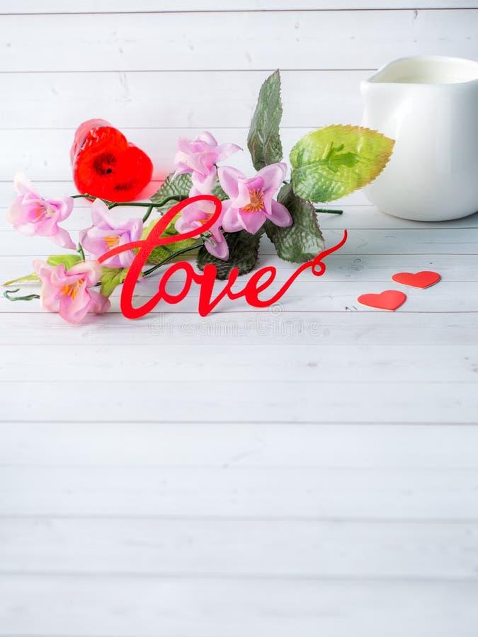 装饰情人节开花爱红色心脏白色背景拷贝空间 免版税库存照片