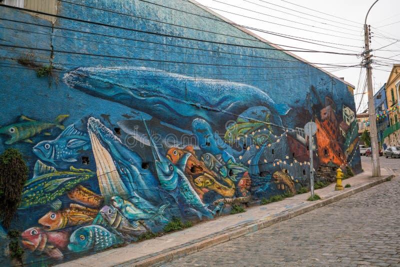 装饰房子的五颜六色的街道艺术在瓦尔帕莱索,智利 免版税库存照片