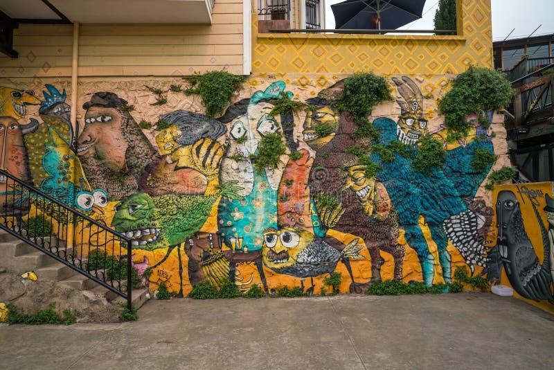 装饰房子的五颜六色的街道艺术在瓦尔帕莱索,智利 免版税图库摄影