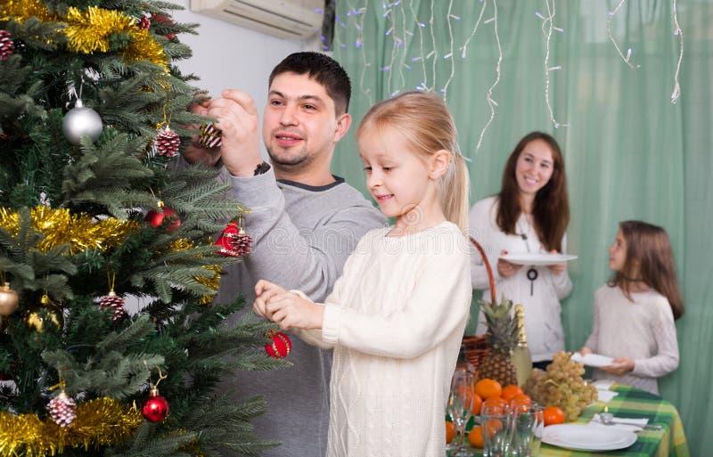 Download 装饰房子结构树的圣诞节 库存照片. 图片 包括有 父项, 母亲, 婴孩, 结构树, 系列, 子项, 圣诞老人 - 72350762