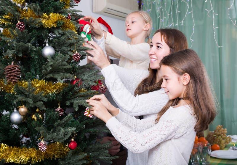 Download 装饰房子结构树的圣诞节 库存照片. 图片 包括有 系列, 12月, 父项, 愉快, 圣诞节, 庆祝, 父亲 - 72352880