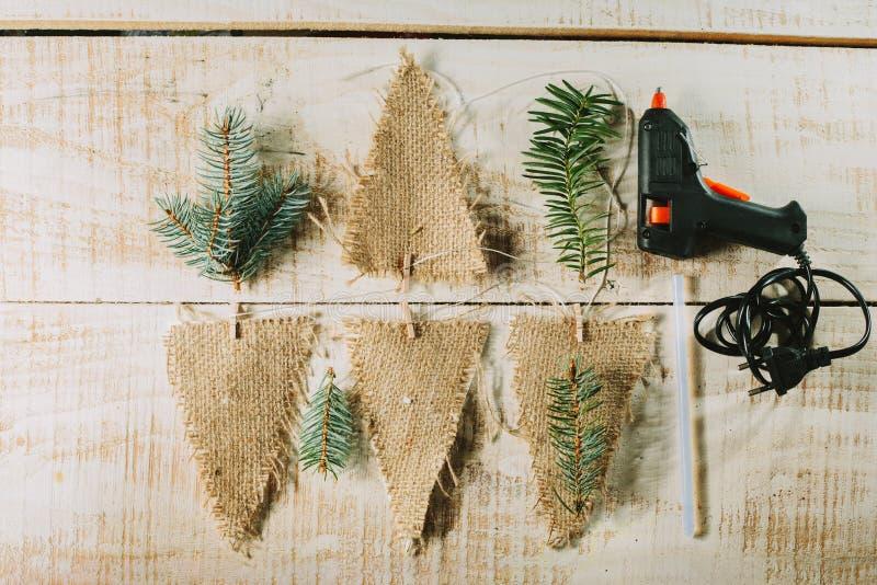 装饰旗子、胶水枪和冷杉分支 新年度装饰 免版税图库摄影