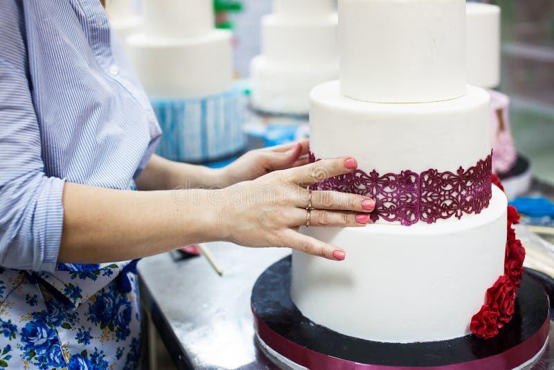 装饰有排列的婚宴喜饼 免版税库存照片