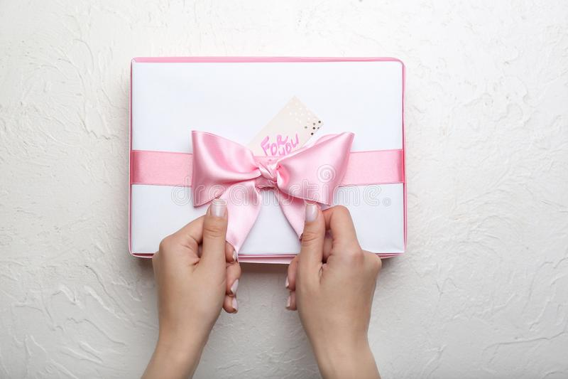 装饰有桃红色丝带的妇女美丽的礼物盒在白色背景 免版税库存图片