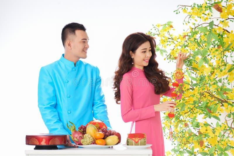 装饰杏树的夫妇 免版税库存照片