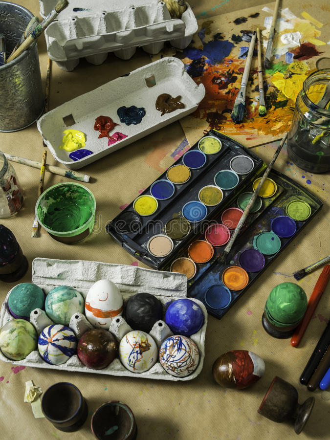 装饰桌的复活节彩蛋 免版税图库摄影