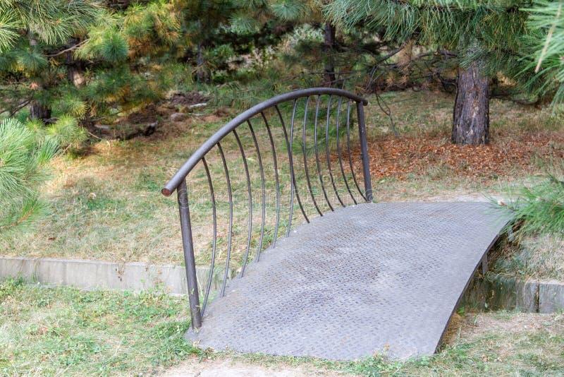 装饰桥梁在公园 库存图片