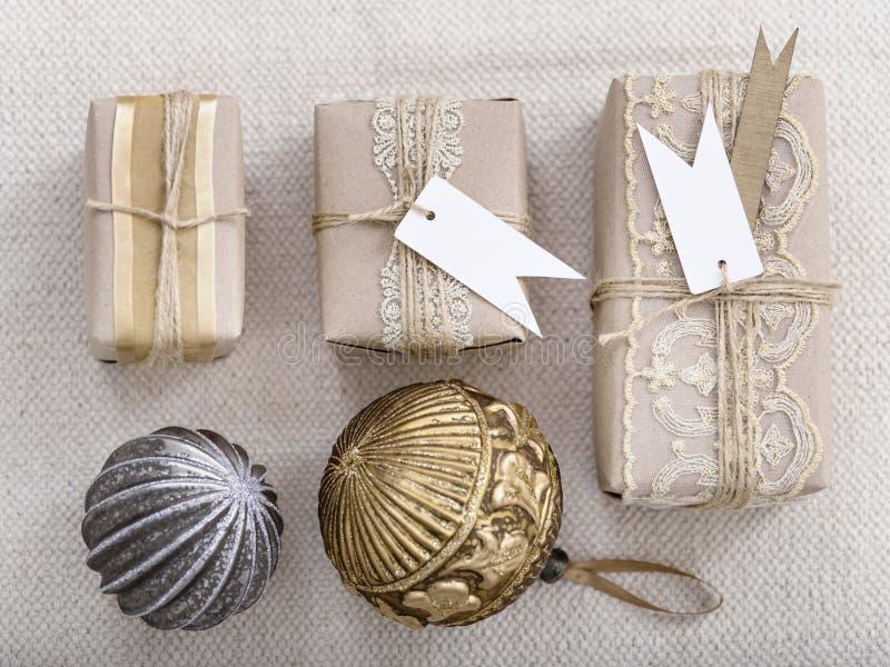 装饰球和礼物的组织的安排 库存照片