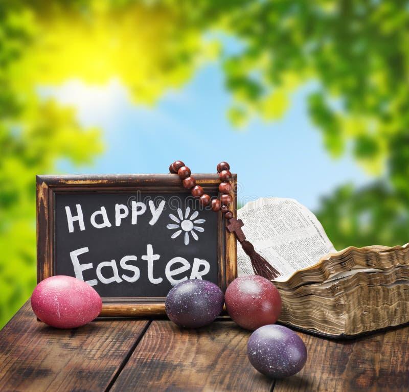 装饰用被绘的复活节彩蛋和一部开放圣经 库存照片