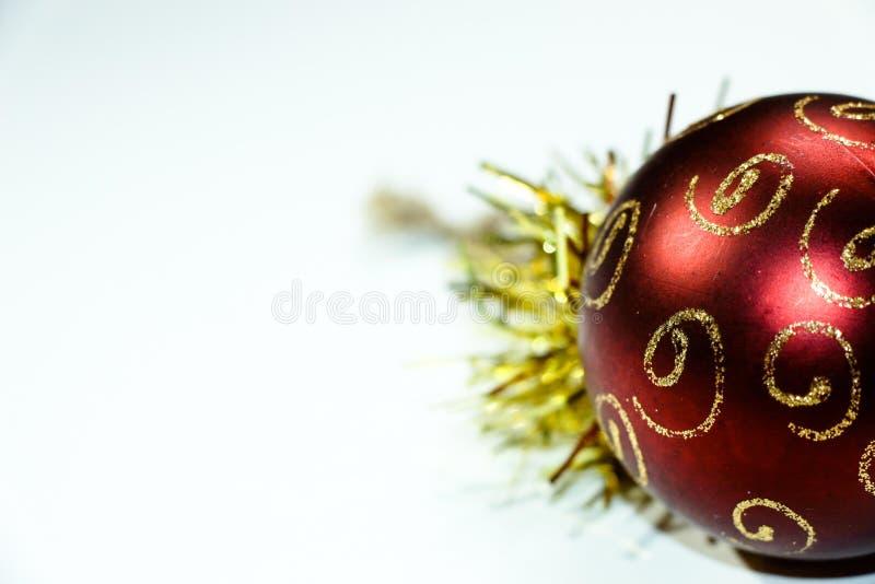 装饰的一棵圣诞树美丽的圣诞节球与一片红色树荫 库存图片