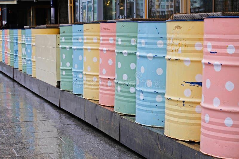 装饰的五颜六色的金属桶 免版税库存图片