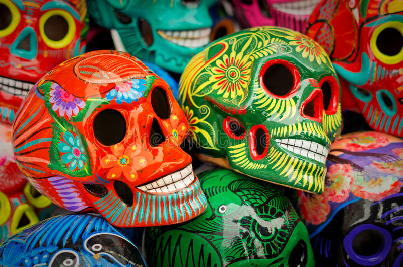 装饰的五颜六色的头骨在市场,天死者,墨西哥上 免版税库存照片
