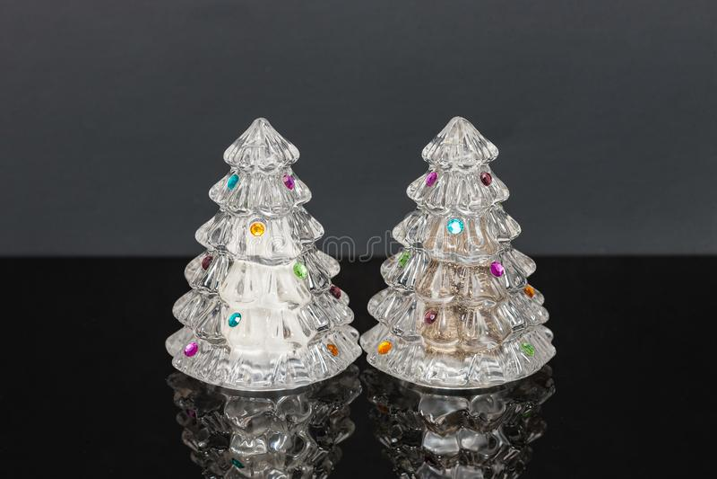 装饰的假日水晶树盐和胡椒罐 库存照片